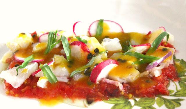 Ensalada de bacalao, tomate, estragón y rabanitos con vinagreta de maracuyá