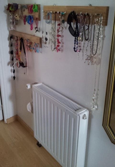 pas que pour les filles fabriquer un porte bijoux mural. Black Bedroom Furniture Sets. Home Design Ideas