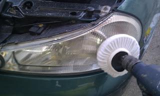 Pulir faros de coche de forma sencilla y económica.