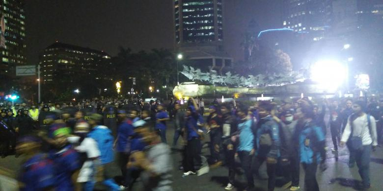 Polisi Tembakkan Gas Air Mata karena Buruh Tak Juga Membubarkan Diri