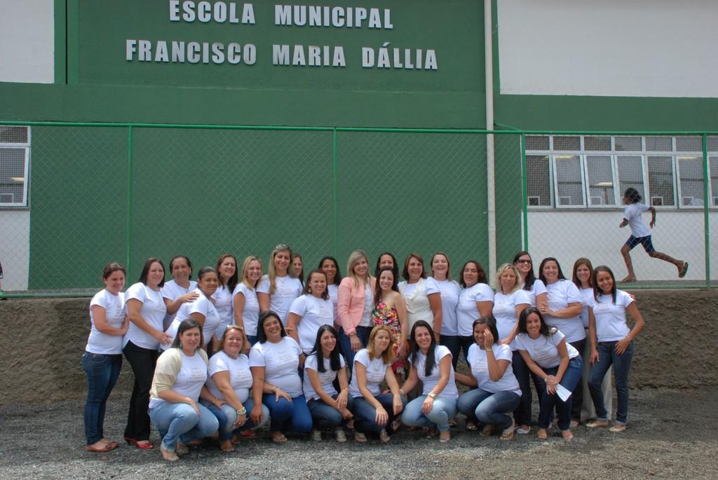 Primeira-dama Alessandra Rosa com a equipe de funcionários da Escola Municipal Francisco Maria Dállia