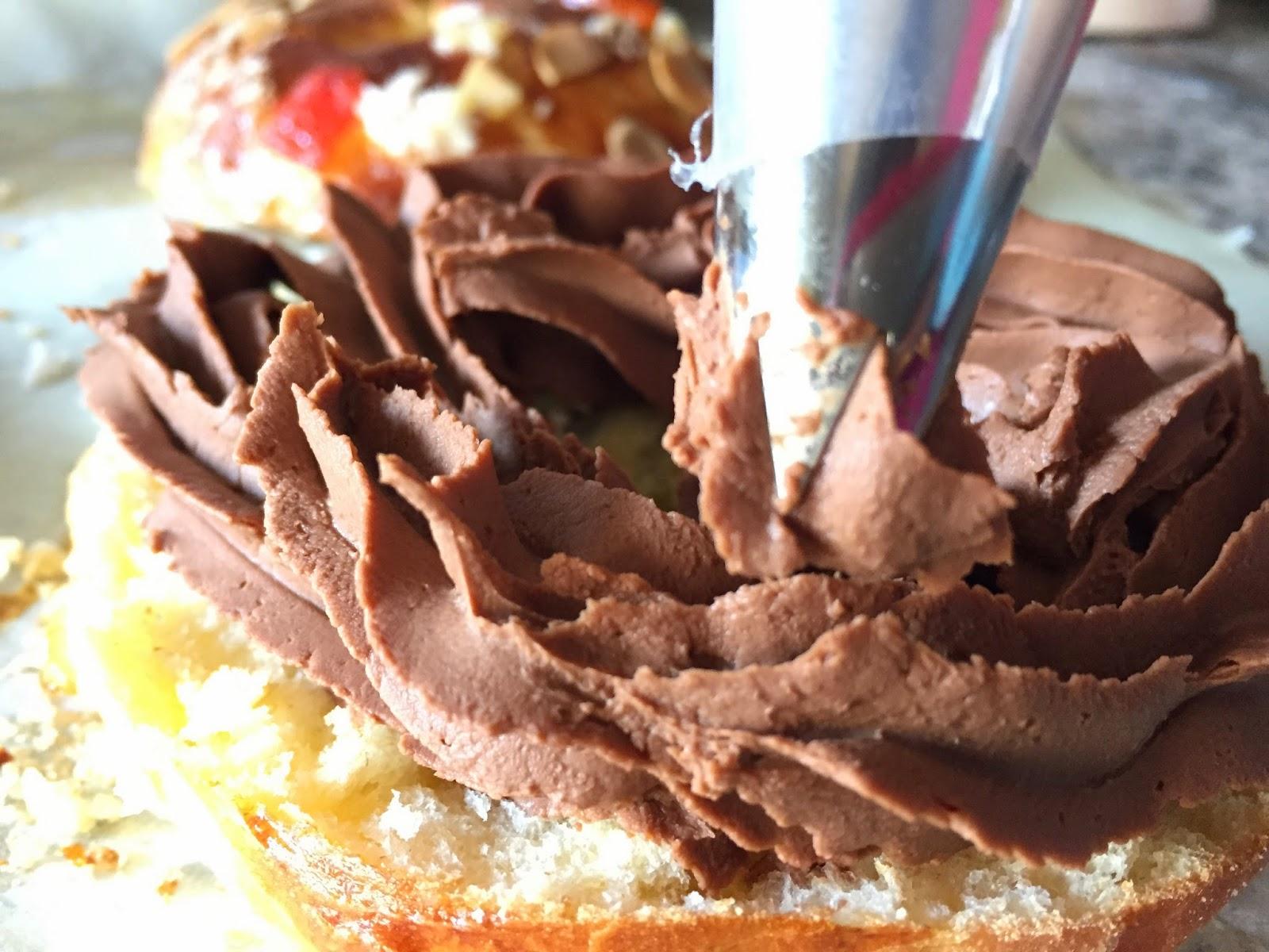 Mini roscón de reyes relleno de chocolate, rellenando con chocolate.