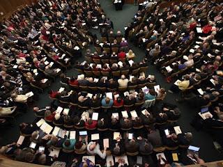 Representantes religiosos da Igreja Anglicana durante votação no Sínodo Geral (Foto: AFP/YUI MOK)