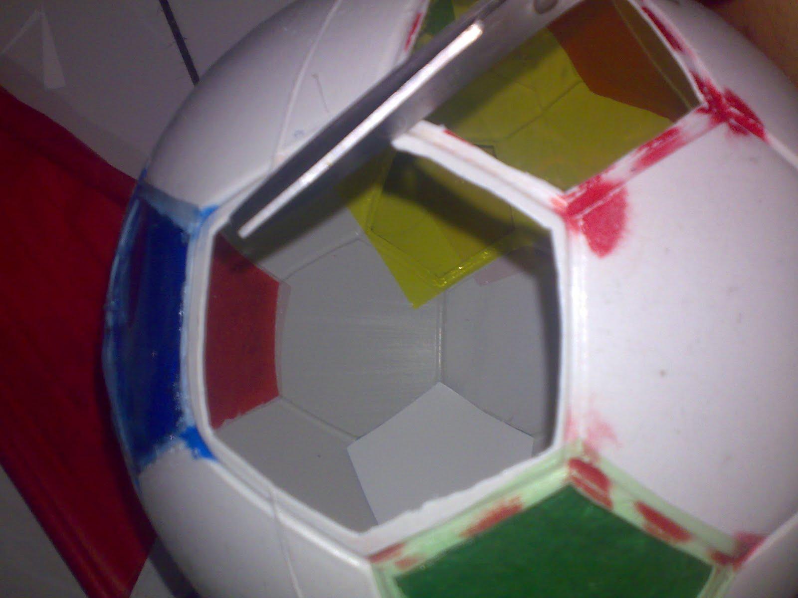 lubangi bagian bawah bola lalu sambungkan dengan tempat lampunya