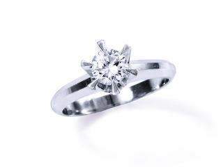 長仕舞い込んでいた立て爪リングのダイヤモンドを生かすリメイク(リ・スタイル)をする。