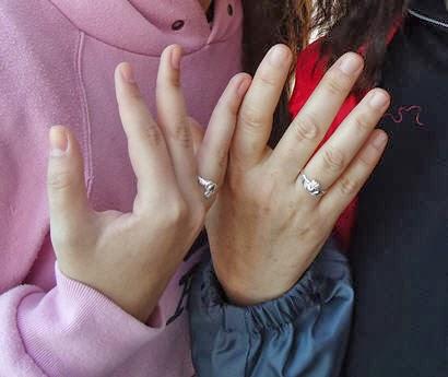 orgullosas de nuestros anillos Claddagh