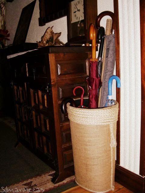 Cómo decorar un paragüero forrado de arpillera