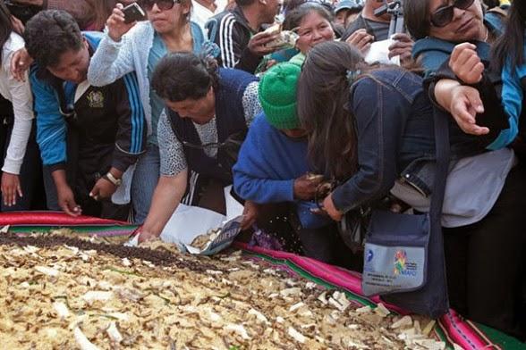 El gigantesco plato de pisara fue hecho con seis quintales del grano de oro. Foto Efe