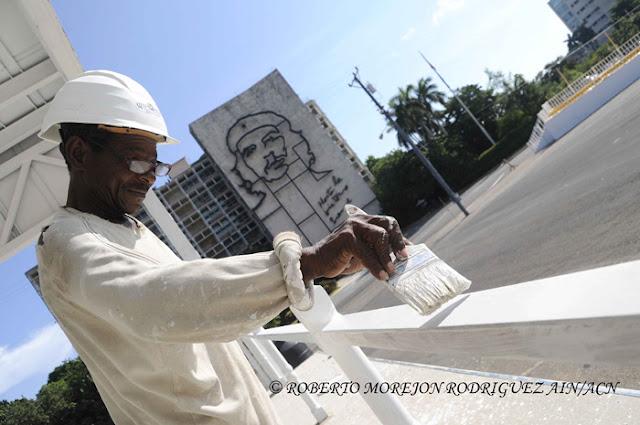 Un obrero trabaja en la construcción del Estrado Papal donde oficiará su primera misa el Papa Francisco durante su visita a la isla, en la Plaza de la Revolución, en La Habana, Cuba, el 24 de agosto de 2015.
