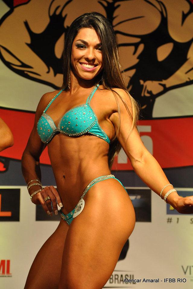 A atleta se apresenta para os jurados e mostra o corpo sarado. Foto: Alencar Amaral