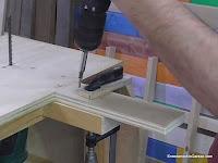 Colocar pieza de contrachapado para nivelar la base. www.enredandonogaraxe.com