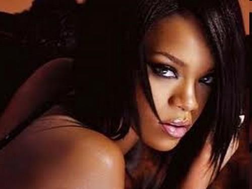 Rihanna canavarlarla mağarada FOTO
