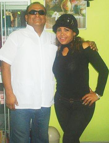 Fanny Alache posando con su Dr.