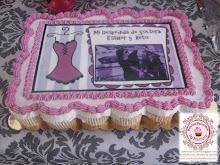Pastel de cupcakes con invitación