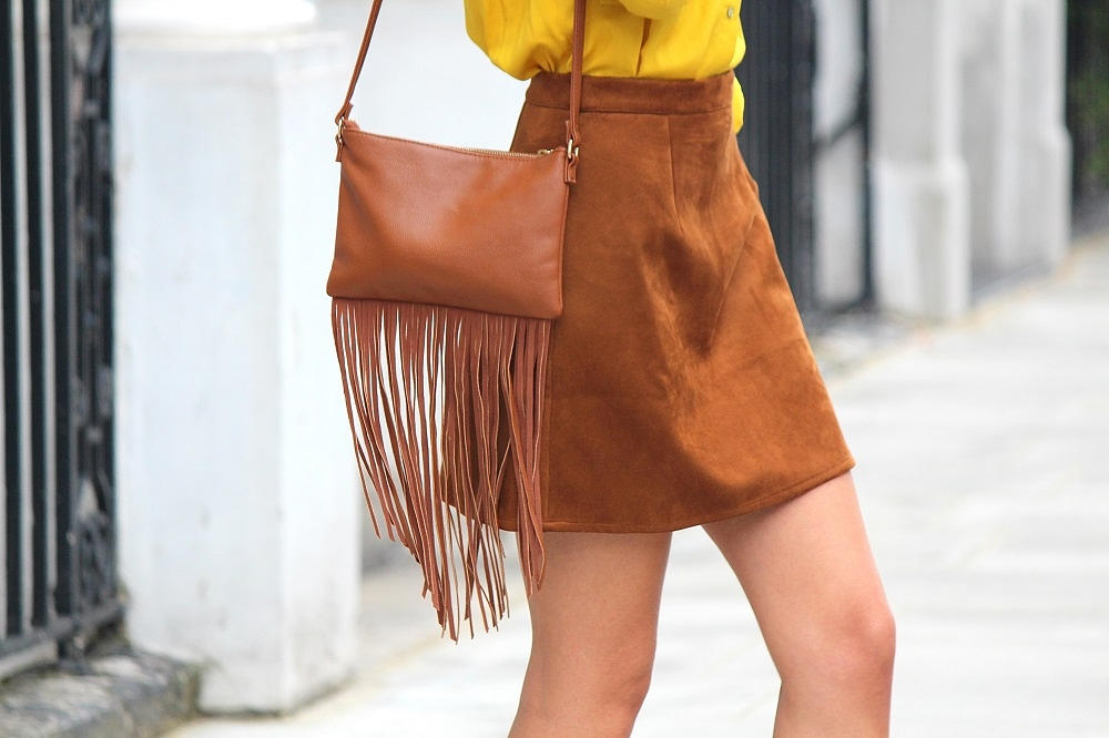 peexo fashion blogger wearing suede skirt and fringe bag