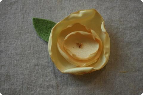 Como fazer uma flor de cetim passo a passo