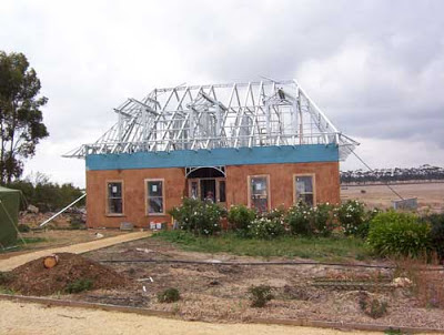 Сборка крыши из алюминия для соломенного дома.