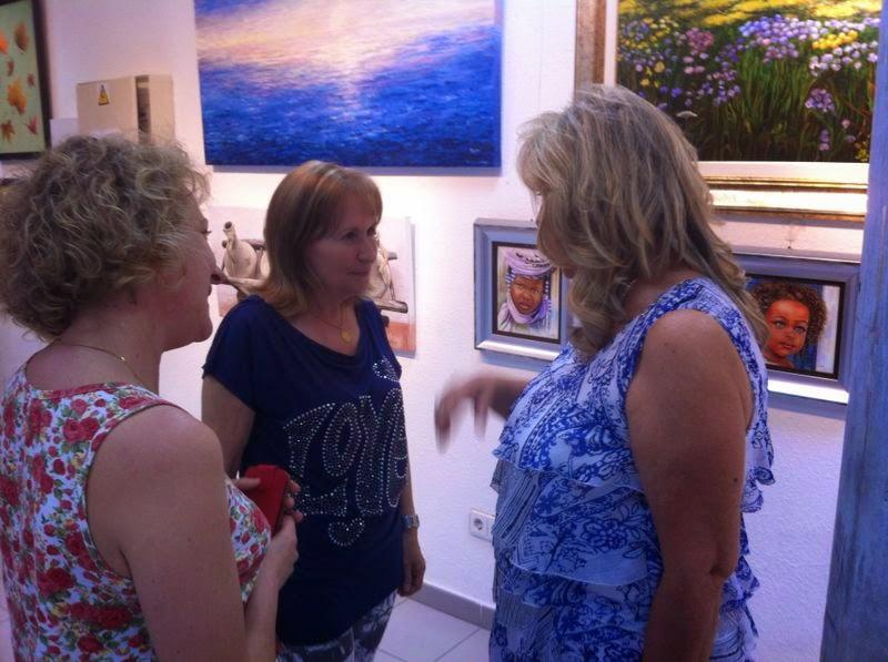Begoña Larrainzar visita la exposición de pintura de Avance.