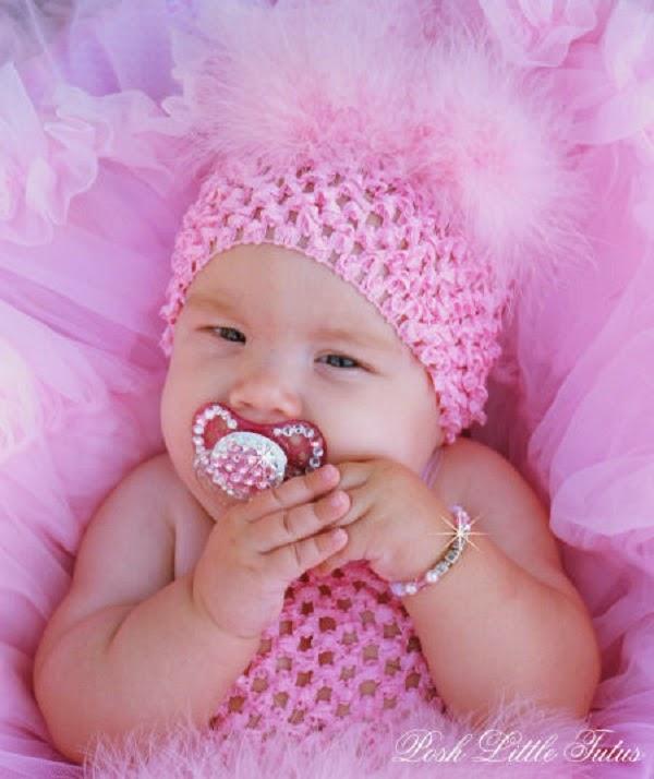 Image bébé en rose avec tétine