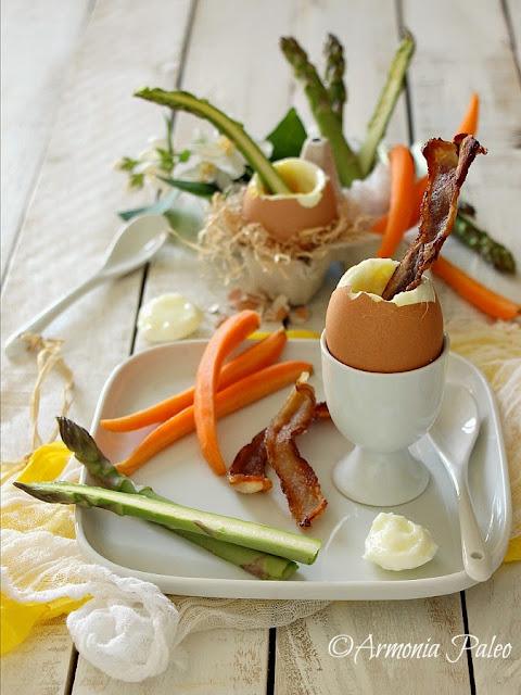 Uova alla Coque con Crudité di Asparagi e Carote di Armonia Paleo