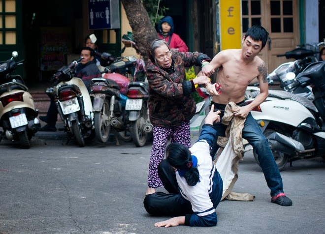 Con đánh Mẹ giữa phố Hà Nội gây phẫn nộ dư luận