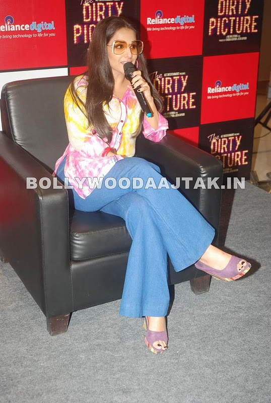 1 - Vidya promotes Dirty Picture at Reliance Digital