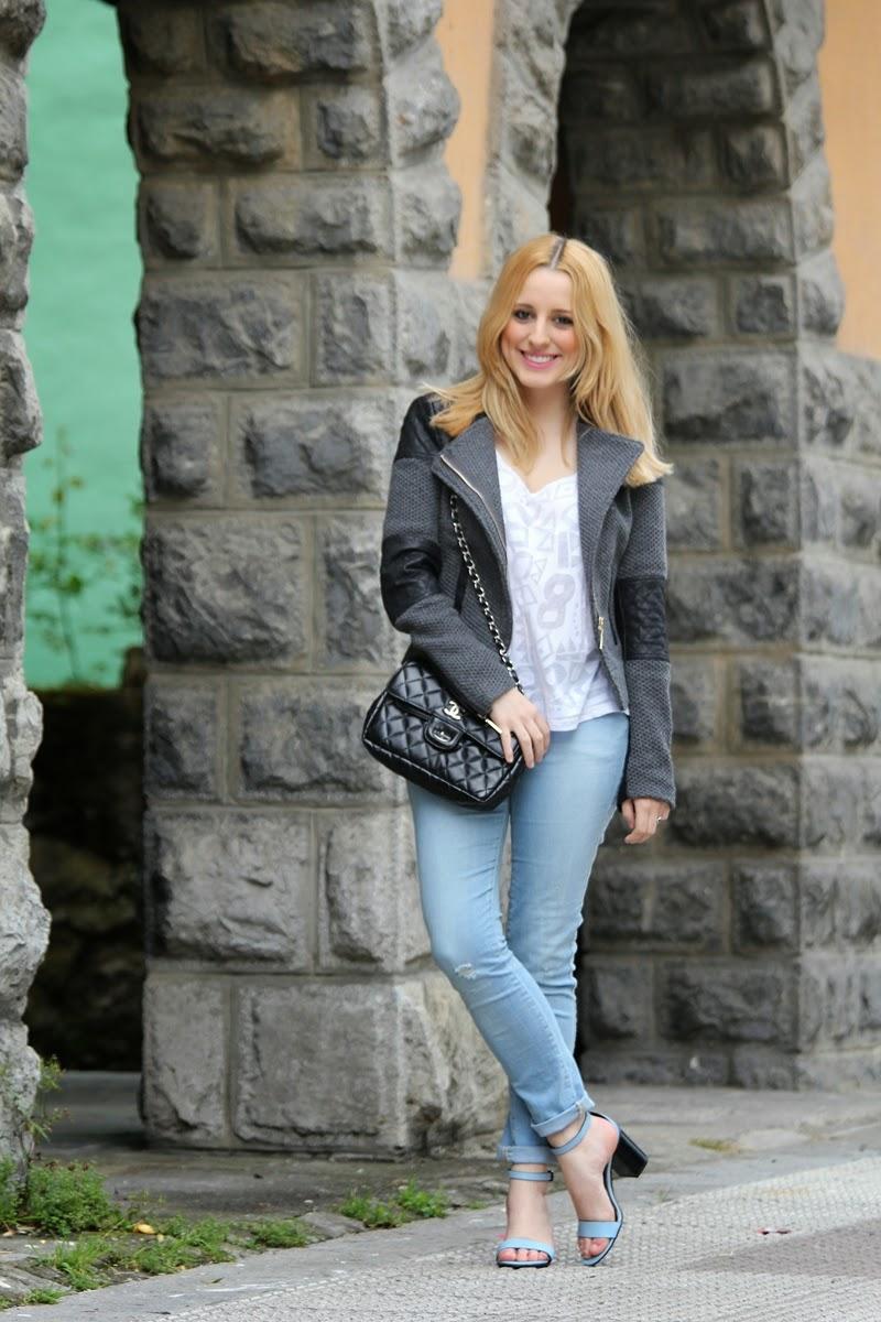 look_diario_primavera_otoño-camiseta_basica-sandalias_azules-jeans_desgastados-fashion_blogger_bilbao