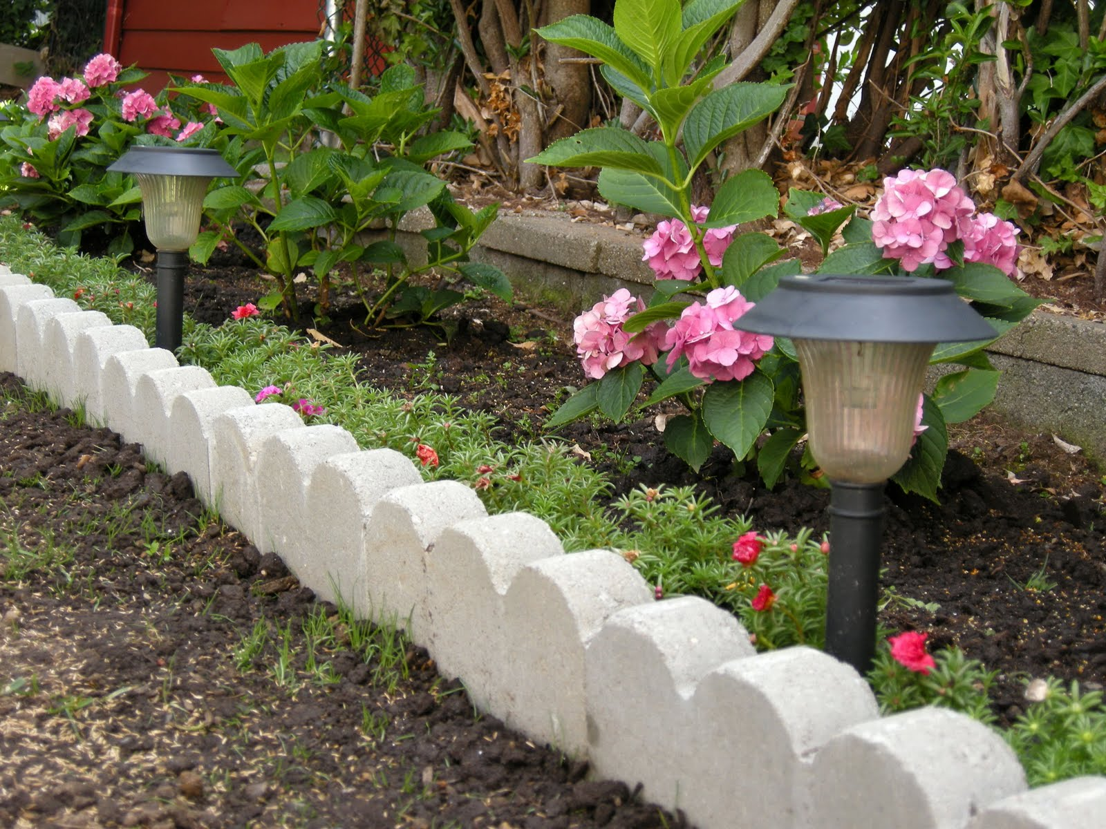 Link to Lowe's Home Improvement Home Page. Welcome to Lowe's Beautiful Garden Borders. Add border beauty to your garden with these smart (and SIMPLE) edging ideas. Because it can be turned at the joints, this edging can easily conform to any shape of plant or flower bed.