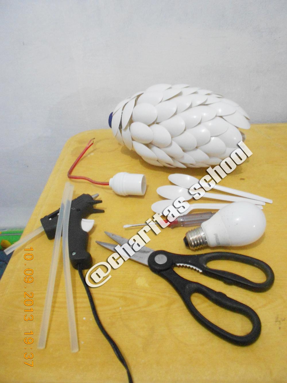 Prakarya : Lampu Hias dari Botol Bekas & Sendok Plastik ...