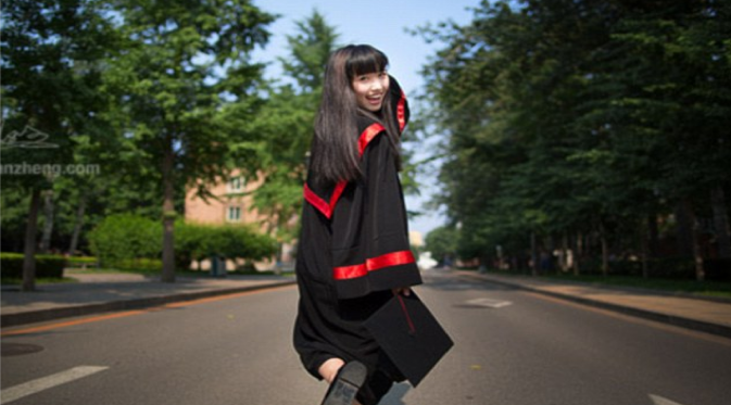 """""""Kang Kang"""" Mahasiswi Cantik Ini Berpose Yang Membuat Situs Universitas 'Down'"""