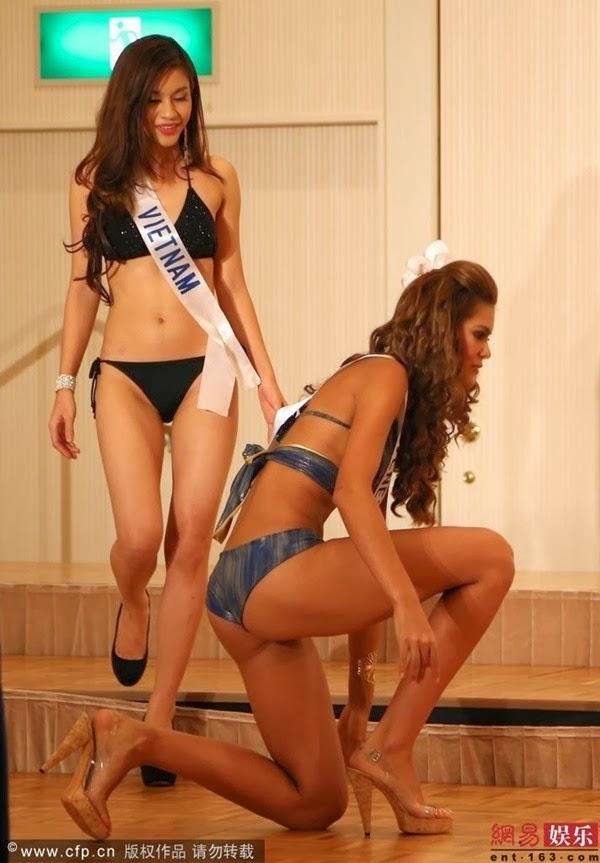 Hoa hậu Quốc tế 2013: Đại diện Việt Nam vẫn tươi cười khi thí sinh khác bị ngã