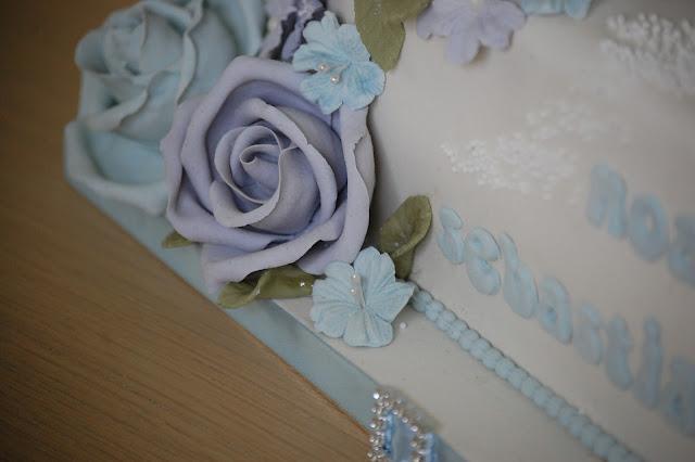 Dåpskake til gutt i blått og lilla