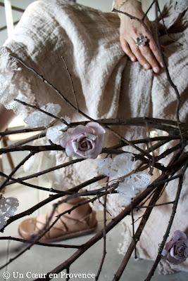 Roses en papier anciennes accrochées à des branches