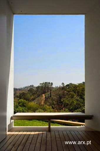 Abertura con balcón en un extremo de la estructura de la casa de Portugal