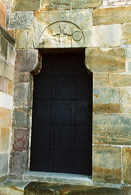 Sulejów-Podklasztorze. Tympanon w elewacji zachodniej bazyliki cysterskiej z XIII wieku, często porównywany z tympanonem koneckim. Fot. KW 2003 r.