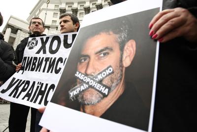 Фото Укринформ:плакат - украинский язык под запретом