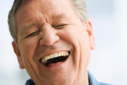 الضحك يساعد في تنشيط عضلات القلب ويوسع الأوعية الدموية