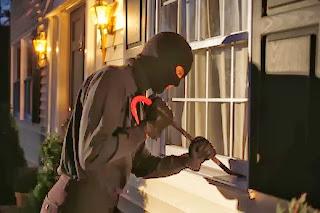 إمرأة تستقبل لص هجم عليها في بيتها بالأحضان   - سارق حرامى لصوص يقتحم يكسر نافذة thief