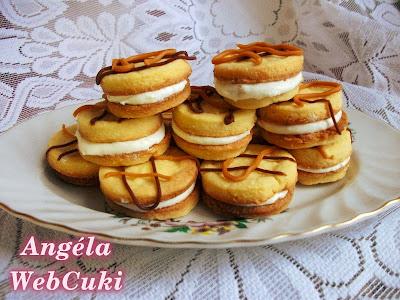 Citromos kekszek, fehér csokoládéval és reszelt citromhéjjal ízesített tejszínes krémmel töltve.