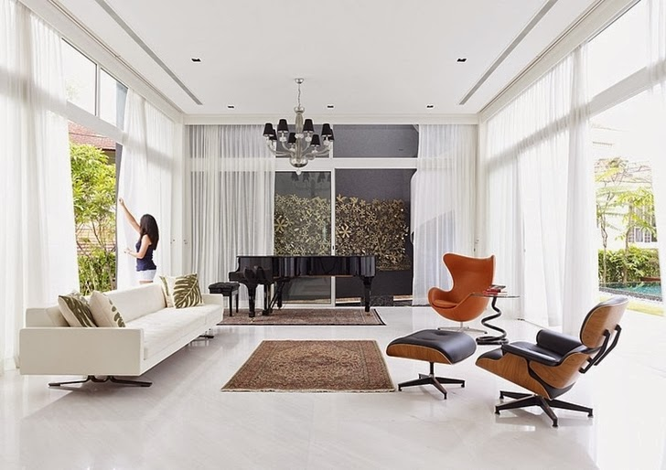 White living room in Sunset House by Topos Design Studio