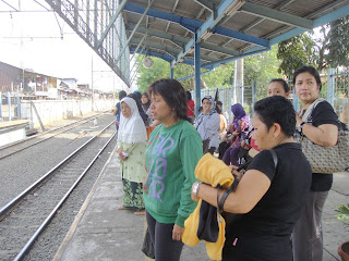 Mengantri Kereta di stasiun Tebet, Jakarta, 30/3/2012
