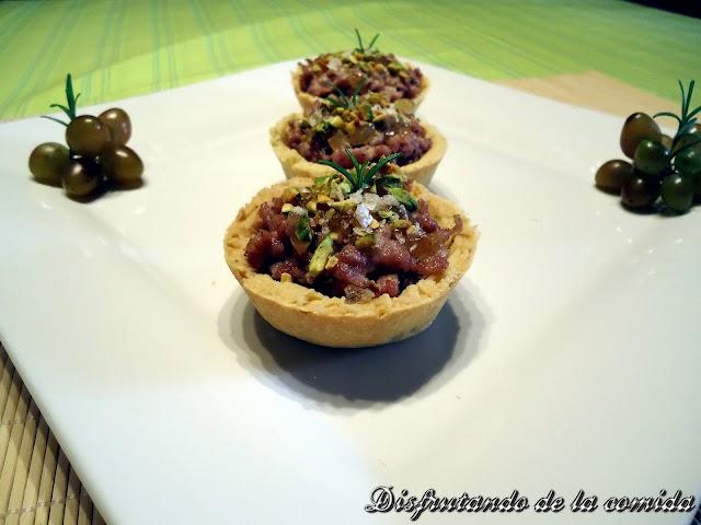 Tartaletas de Berenjenas, Butifarra, Uvas y Pistachos