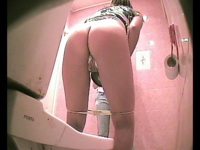 podglyadivaem-za-pisyami-v-tualetah
