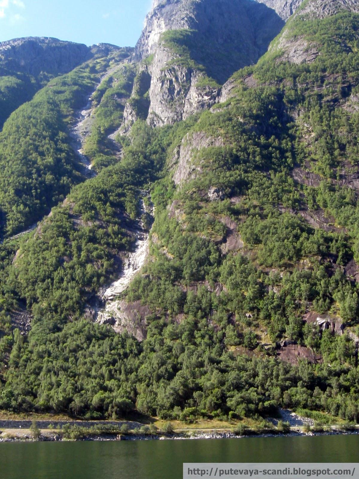 норвежская гора с ручьем
