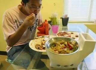 Seorang Pria Cina Ketagihan Makan di Toilet