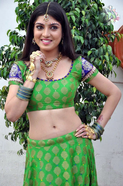 Priya Darshini hot navel show in saree