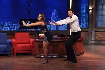 """Mari ensina Danilo a coreografia de """"Descidinha"""" - Crédito: Leonardo Nones/SBT"""