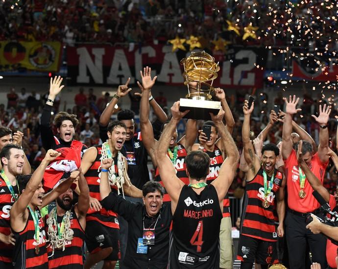 Capitão rubro-negro, Marcelinho levanta a taça do NBB pela quinta vez com a camisa do Flamengo