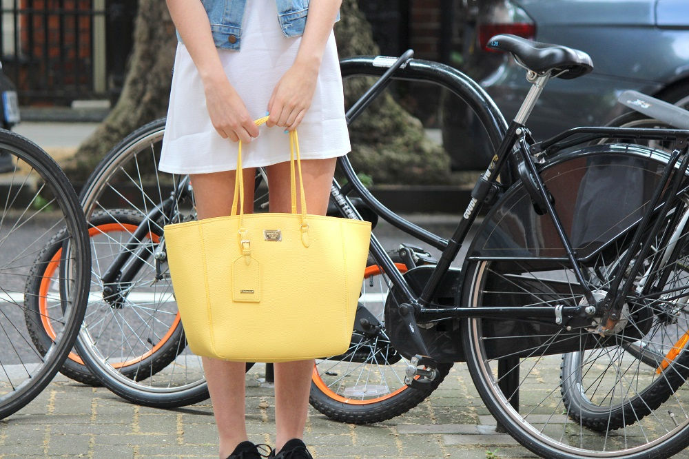 peexo fashion blogger wearing lace up dress and vintage levi's and yellow bag