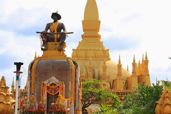 Statua del re sethathirath - Pha That Luang - Vientiane
